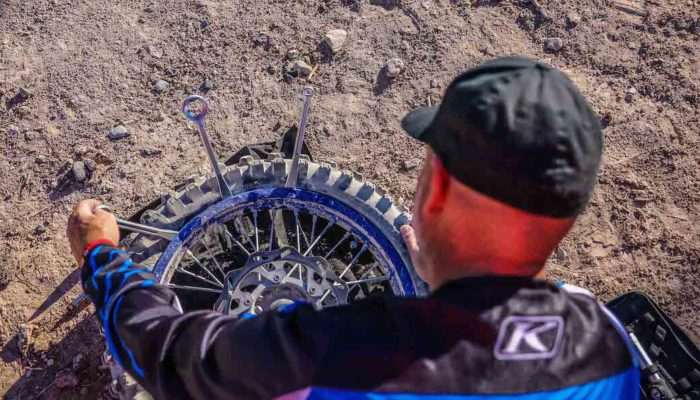 DirtBike Test – Tech Tip: How To Change A Flat Tire On The Trail